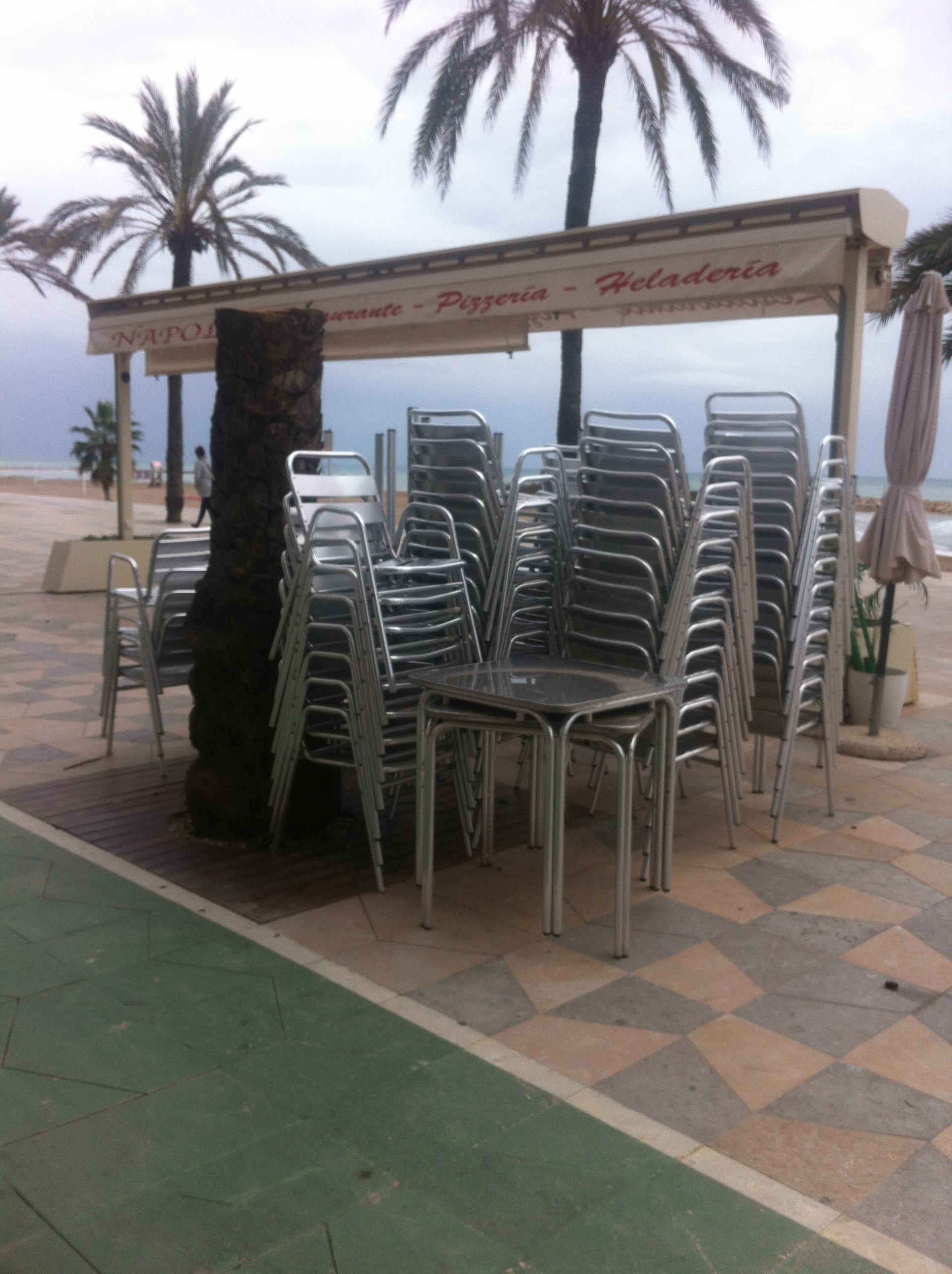 Magatzem a l'aire lliure de taules, parasols i cadires